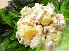 With ingredients such as pineapple, macadamia nuts and Greek yogurt, this healthy chicken salad recipe is unlike any other. Mix up your deli salads with this Healthy Tropical Chicken Salad recipe from Stephanie of Cookin' Cowgirl. Paella, Chicken Salad With Pineapple, Pineapple Salad, Pineapple Recipes, Mezze, Almond Chicken, Yogurt Chicken, Cooking Recipes, Healthy Recipes