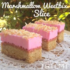 This Marshmallow Weetbix Slice brings back so many memories of childhood. My friends mum used to make this all the time for parties and get togethers. Sweet Recipes, Cake Recipes, Dessert Recipes, Thermomix Desserts, Dessert Bars, Marshmallow Slice, Weetbix Slice, Biscuits, High Tea