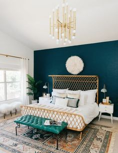 mur d accent peinture bleu paon, lit design oriental, tapis à motifs orientaux, exotiques, murs couelur blanche, et linge maison blanc
