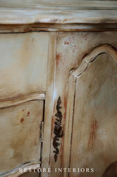 DIY: French Paint Finish Tutorial - she used 3 chalk paint colors, distressed with a wet rag & waxed to get this awesome finish! Faux Painting, Distressed Painting, Painting Tips, Painting Techniques, Chalk Painting, Furniture Makeover, Diy Furniture, Do It Yourself Furniture, Shabby Chic