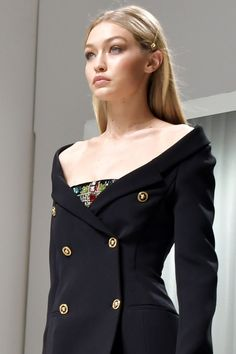 justgigihadid: September Gigi walking for Versace S/S 2018 Moss Fashion, Fashion Show, Fashion Outfits, Gigi 2, Carla Bruni, Kaia Gerber, Gisele, Classy Dress, Gigi Hadid