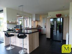 Moderne keuken met bar en maatwerk kast