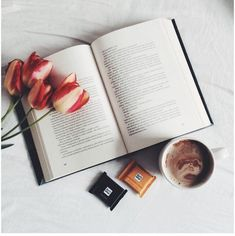 Book flatlay inspiration with coffee and botanical/organic elements/splash of color I Love Books, Good Books, Books To Read, My Books, Book Flatlay, Book Instagram, Book Aesthetic, Coffee And Books, Foto Pose