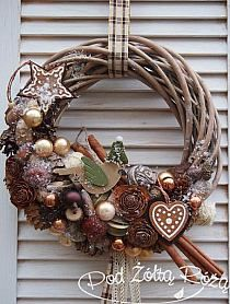 Like the concept, but it needs tweaking. It is a little too busy. Christmas Door, Winter Christmas, Christmas Holidays, Christmas Wreaths, Christmas Ornaments, Diy Wreath, Xmas Decorations, Christmas Inspiration, Holiday Crafts