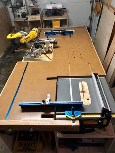 All in one workbench Woodworking Ideas Table, Woodworking Shop Layout, Woodworking Workshop, Woodworking Projects Diy, Garage Workbench Plans, Table Saw Workbench, Diy Workbench, Table Saw Station, Diy Table Saw