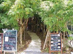 """都心に現れた""""森へ誘う小道""""。特別なひと時が過ごせる""""森カフェ""""が魅力的"""