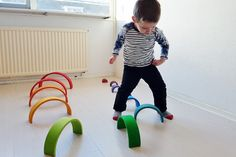Obstacle course with #grimmsrainbow; one of the more than 100 ideas and examples with this open end play toys - Mamaliefde.nl