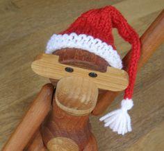 Jeg fik lyst til, at min Kay Bojesen abe skulle pyntes lidt til jul. Derfor strikkede jeg denne lille nissehue og jeg synes, den er bleve...