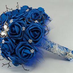 Buquê rosa azul royal, cipó e broche de borboleta                                                                                                                                                                                 Mais