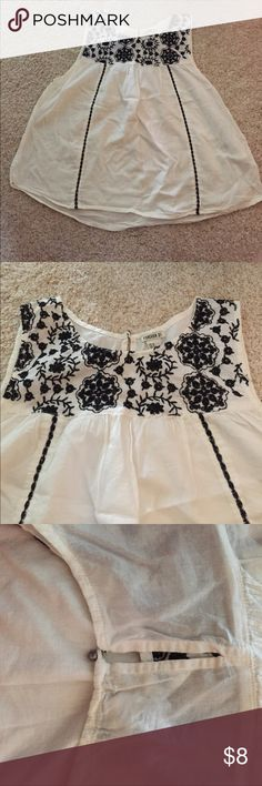 FOREVER 21 TOP Fun little summery top, light and airy!! Really nice embroidered design and keyhole back Forever 21 Tops