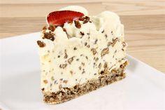Daim islagkage (Recipe in Danish) Danish Dessert, Danish Food, Real Food Recipes, Cake Recipes, Kolaci I Torte, Ice Cake, Frozen Yoghurt, Cakes And More, Party Cakes