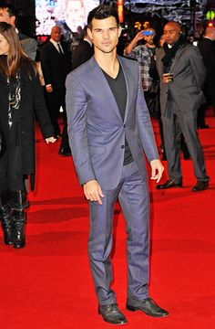 Taylor Lautner hit the London premiere of the film in a siim-cut blue suit over a black V-neck T-shirt.      Read more: http://www.usmagazine.com/entertainment/pictures/inside-the-twilight-saga-breaking-dawn---part-2-premiere-20121211/26136#ixzz2CmnHRlnR  Follow us: @usweekly on Twitter | usweekly on Facebook