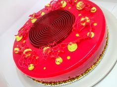 Torta con glassa a specchio rossa. Mousse al cioccolato bianco e lime, biscotto morbido al pistacchio e inserto di gelèe al lampone