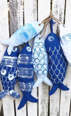 Kijk wat ik gevonden heb op Freubelweb.nl: een gratis werkbeschrijving van Lidy Nooij gemaakt voor CraftKitchen om deze mooie vissen van stof te maken https://www.freubelweb.nl/freubel-zelf/zelf-maken-met-stof-vissen/