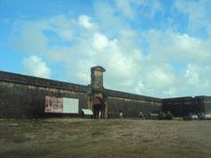"""chegando no forte orange lembrei de uma curiosidade sobre o nome da Ilha: A expressão """"Itamaracá"""" deriva da língua tupi e significa """"pedra que canta"""", a partir da junção dos termos itá (""""pedra"""")e mbara'ká (""""chocalho"""")"""