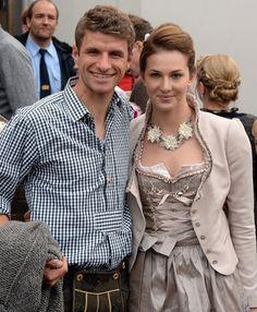 Thomas Muller del Bayern Munich y compañía, en favor del Oktoberfest [domingo, 05 de octubre de 2014]. La damisela, lo mejorcito que tiene Muller.