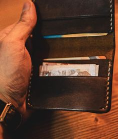 You are faced with a italian leather wallet that reflects the British style you see in the photos. It will be a very elegant choice for those who prefer suits in daily wear. Brown Leather Wallet, Leather Bifold Wallet, Leather Men, Soft Leather, Custom Mens Wallets, Groomsmen Gifts Unique, Minimalist Wallet, Slim Wallet, Italian Leather