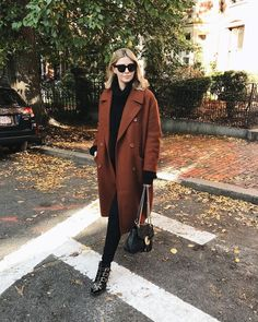 I will never tire of this coat (Link to the coat link in my bio) Mode Outfits, Fashion Outfits, Womens Fashion, Fashion Tips, Casual Winter Outfits, Fall Outfits, Schwarzer Mantel Outfit, Casual Dresscode, Elegantes Outfit Frau