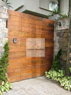 Portão de peroba rosa de demolição. Mais segurança e beleza para a fachada de sua casa/prédio. Veja mais em www.madeiradedemolicao.com