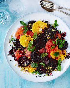 Mausteisen kirpeän salaatin idea tulee marokkolaisesta keittiöstä. Ripaus kanelia antaa jouluisen maun tälle värikkäälle salaatille.