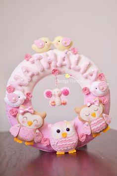 atelier boutique d caroline Felt Wreath, Felt Garland, Felt Ornaments, Baby Mobile Felt, Felt Baby, Boutique D Caroline, Baby Kranz, Baby Name Banners, Felt Owls