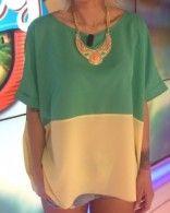 Top bicolore vert et beige porté par Caroline Receveur