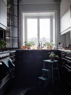 Le noir est parfait pour sublimer le végétal, pour mettre en valeur ce qui est blanc et pour donner une fabuleuse personnalité à un int...