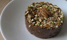 Rýchly RAW koláč - Nestihli ste upiecť koláč? Nevadí, tento dezert je hotový za 5 minút. Nepečený a dokonca v surovom stave. Teda plný vitamínov a stopových prvkov ako železo, horčík, vápnik, vitamín C a pod..koláčik, kde za päť minút dostanete nielen neskutočný pôžitok, ale i zdravie v živej pochúťke. Samozrejme za predpokladu, že máte doma všetky ingrediencie. U nás doma sa sem- tam objaví nečakaná, ale milá návšteva. Vám sa to zrejme tiež stáva. A ako správny hostiteľ, či hostiteľka by… Eating Light, Clean Eating, Something Sweet, Raw Vegan, Raw Food Recipes, Baked Potato, Healthy Life, Cravings, Deserts
