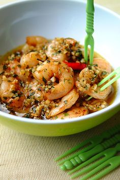 Tapas: Gambas al Ajillo. One of the most popular tapas in Spain: sizzling garlic prawns Fish Recipes, Seafood Recipes, Asian Recipes, Cooking Recipes, Healthy Recipes, Seafood Dishes, Fish And Seafood, Mezze, Spanish Cuisine