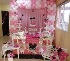 Decoração Provençal tema Minnie Rosa, montado apenas com uma mesa principal, mais itens decorativos, bolo cenográfico, personagens,caixa de presente, mesinha de centro, banco de jardim, cortina e balões