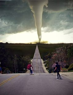 Extreme Nature: Crazy tornado and crazy teenagers - Hubub https://www.hubub.com/topic.php?id=110263