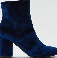 I'm loving these blue velvet booties!! So gorgeous to dress up outfits!   https://www.facebook.com/groups/lularoelindsaycomer