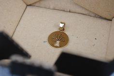 Pendente in ottone con Albero della Vita traforato a mano. Diametro 1 cm