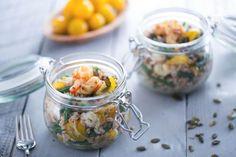 L'insalata di farro e gamberi è un piatto unico estivo, fresco e nutriente, una valida alternativa alla classica insalata di riso!