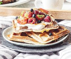 Nedělní vafle s karamelem | Recepty Albert Pancakes, Drinks, Breakfast, Food, Drinking, Morning Coffee, Beverages, Essen, Pancake