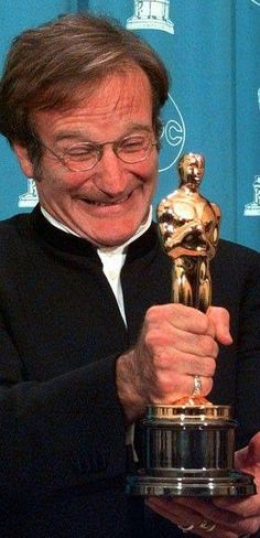 Robin Williams accepting the Oscar for Best Supporting Actor 1998 Robin Williams Oscar, Robin Williams Movies, Robin Williams Quotes, Hollywood Icons, Hollywood Actor, Hollywood Stars, Classic Hollywood, Hollywood Actresses, Denis Villeneuve