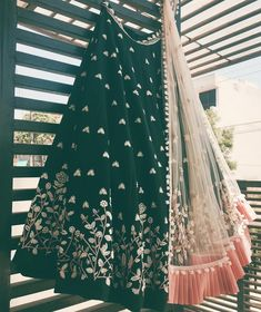 The combination of this lehenga Eid Outfits, Bridal Outfits, Indian Outfits, Bridal Dresses, Indian Dresses, Indian Bridal Lehenga, Pakistani Bridal Wear, Indian Sarees, Mehndi Outfit