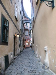 one of the old alleyways in the centre of Vienna with supporting arches between the houses. Walk it with me on a tour of the old town! Spanish Riding School, Alleyway, Arches, Old Town, Vienna, Centre, Old Things, Houses, Old City