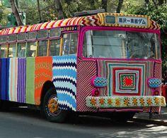Yarn bomb! Je veux bien retourner à l'école dans un bus pareil !!