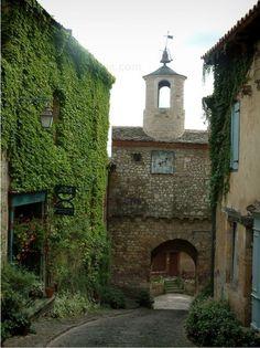 La porte de l'horloge, vestige des remparts de Cordes sur Ciel, cité cathare dans le Tarn- Midi Pyrénées