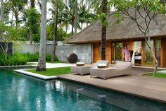 """Nur wenige Schritte vom Jimbaran Strand entfernt liegt das luxuriöse """"Kayumanis Jimbaran Private Estate & Spa"""". Das kleine Boutique Resort umfasst insgesamt 19 private Villen, die sich in einer weitläufigen, tropischen Gartenanlage verteilen. Zum Flughafen Denpasar sind es etwa fünf Kilometer."""