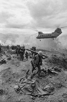 "I hate the term ""Friendly Fire"" 14 Jun Khe Sanh, South Vietnam --- A helicopter arrives at a hill near Khe Sanh to pick up those soldiers killed and wounded when a US fighter plane accidentally fired upon a US position during the Vietnam War. Vietnam History, Vietnam War Photos, Nagasaki, Hiroshima, American War, American History, American Stock, House Of Pain, North Vietnam"