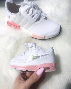 Enfant Nike Air Max 90 fait avec des cristaux de SWAROVSKI® Style sélectionné: 100 724823 COULEUR: Blanc/rose | En cuir FIT: fidèle à la taille Custom peint avec de la peinture professionnelle chaussure. Nous pouvons peinture personnalisée d'autres couleurs m'envoyer une