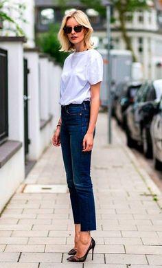 Street style look com camiseta e jeans.