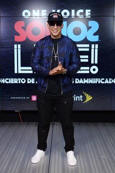 In this handout photo provided by One Voice: Somos Live!, Daddy Yankee poses in the pressroom at One Voice: Somos Live! A Concert For Disaster Relief at Marlins Park on October 2017 in Miami, Florida. Daddy Yankee, Tommy Torres, Zapatillas Jordan Retro, Miami Photos, Latin Artists, Ace Family, Chris Wood, Foto Bts, Gorgeous Men