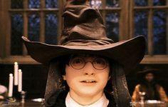 1 sepember 2012: Voor of tegen. Foto: Daniel Radcliffe als Harry Potter  in Harry Potter and the Sorcerer's Stone, opgelucht dat de Sorteerhoed uit de mogelijkheden een keuze  maakte waar hij voor kon zijn.