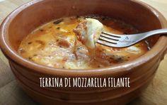 La terrina di mozzarella filante è un secondo piatto estremamente veloce ed economico, perfetto per gli amanti della pizza... e della scarpetta!