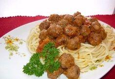 Спагетти с фрикадельками   Ингредиенты:  Мясной фарш – 500 г Яйцо – 1 шт. Лук – 1 шт. Морковь – 1 шт. Помидоры – 1-2 шт. Томатная паста- 2 ст.л. Оливковое масло Сухой или свежий болгарский перец Молоко – 150 мл Смесь прованских трав Соль, перец Чеснок – 3 зубчика Спагетти