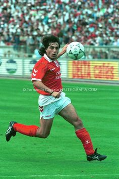 Paulo Futre, Benfica and Portugal Benfica Wallpaper, Good Soccer Players, Soccer Stars, Best Player, Football Soccer, Retro, Baseball Cards, Running, Athletes
