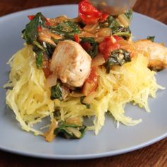 Courge spaghetti et poulet au citron et épinards. (Lemon Chicken & Spaghetti squash) ** I recommend not microwaving Its not necessary and compromises the nutrient value. I Love Food, Good Food, Yummy Food, Paleo Recipes, Dinner Recipes, Cooking Recipes, Clean Eating, Healthy Eating, Healthy Quick Meals